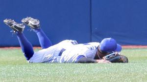 6回1死、三塁打を放った岡本和真の打球を取れなかった桑原将志