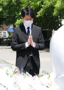 事故から2年を迎え、慰霊碑の前で祈りを捧げる松永拓也さん