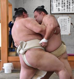 合同稽古で三番稽古を行った大関・朝乃山(右)と正代(代表撮影)