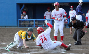 6回1死満塁、茨城日産・大森は西野の中越え打で一塁から本塁を狙ったが、相手の好中継に阻まれる