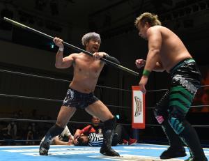 棒の力も借りてYOSHI―HASHI(右)とのシングル対決に快勝したKENTA(新日本プロレス提供)