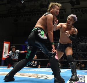 YOSHI―HASHI(左)とのシングル対決に快勝したKENTA(新日本プロレス提供)