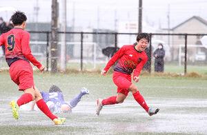 前半1分、先制点を決め雄たけびを上げる札幌大谷MF高橋颯汰(右)