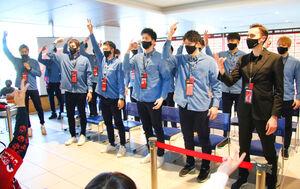 4月1日に旭川空港で行われた入れ替え戦壮行会の模様(前列左端が古田主将、右端がクライン監督)