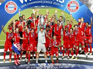 昨季の欧州チャンピオンズリーグで優勝トロフィーを掲げるバイエルンの選手たち(ロイター)