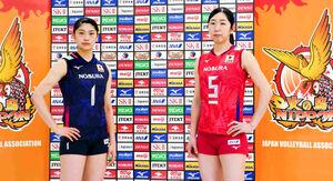 新ユニホームを着用したバレーボール女子日本代表の黒後(左)と荒木(日本バレーボール協会提供)