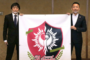 九州アスティーダのロゴを披露する(左から)川面創代表、早川周作代表