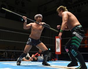 19日のスペシャルシングルマッチで棒の力も借りてYOSHI―HASHI(右)に快勝したKENTA(新日本プロレス提供)