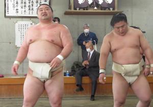 合同稽古に参加した大関・正代(左)と幕内・若隆景(代表撮影)