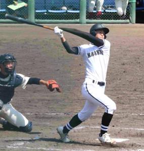 左手にハンデを抱える神島の笠松子龍はアンダーシャツの左袖を右手で巻き付けて打つ