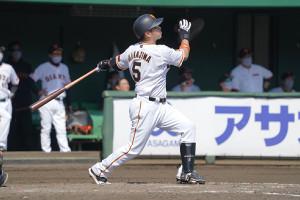 4回1死一塁、本塁打を放つ中島宏之