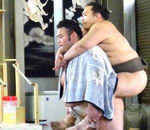 若い衆を背負いスクワットを行う貴景勝(代表撮影)