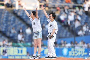 始球式を行ったぺこぱのシュウペイ(左)と、松陰寺太勇