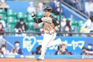 1回1死一塁、左越えに先制2点本塁打を放つ近藤健介