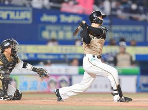 5回1死、西川は右中間にソロ本塁打を放つ