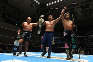 NEVER無差別級6人タッグ王座防衛に成功した(左から)石井智宏、後藤洋央紀、YOSHI―HASHI(新日本プロレス提供)
