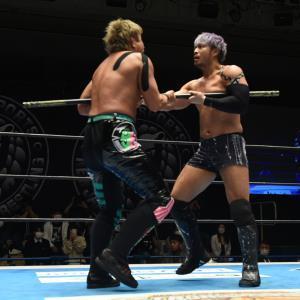 リング上で「棒」を奪い合うYOSHI―HASHI(左)とKENTA(新日本プロレス提供)