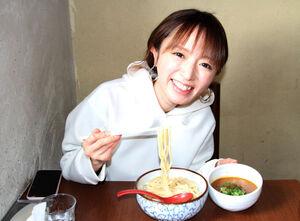 つけ麺をほおばる紺野あさ美さん