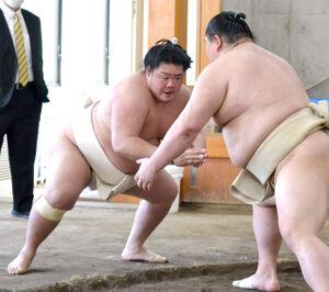 合同稽古に参加した大関・正代と幕内・明生(左)(代表撮影)