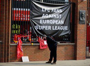 リバプールの本拠地・アンフィールドに、スーパーリーグ反対のファンが横断幕を掲げた(ロイター)