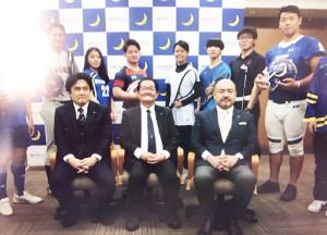 関学大の競技スポーツ局の創設会見に参加した関係者、学生ら。前列中央が初代局長の冨田宏治副学長