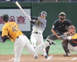 1回、2号先頭打者本塁打を放った近本光司
