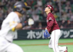 3回2死一、三塁、適時二塁打を中村晃(左)に許した則本昂大
