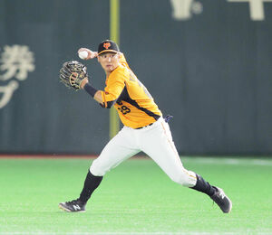 6回2死一塁、佐藤輝明のニゴロの打球を好捕し一塁に送球する吉川(カメラ・中島 傑)