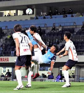 磐田FWルキアンがオーバーヘッドを狙い、大宮DFの顔面に当たる