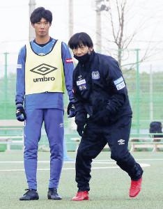 G大阪アカデミーのストライカーコーチとしてクラブの後輩たちに熱血指導する大黒将志氏(右)(写真はG大阪提供)