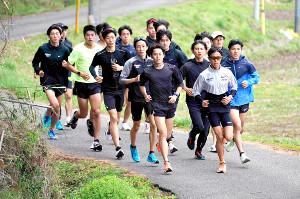 駒大の新人合宿で走り込む選手たち