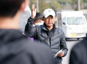 新入生に練習メニューを指示する駒大・大八木監督