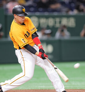 2回無死、岡本和真が左中間に2号本塁打を放つ(カメラ・橋口 真)