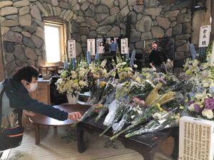 「五郎の石の家」内に設置された献花台
