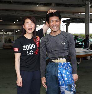 通算1500勝を挙げ、妻の寺田千恵に頭をなでなでされる立間充宏(カメラ・谷口 健二)