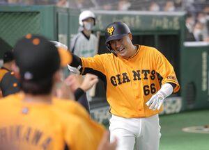 7回無死、右越えソロ本塁打を放ちナインとハイタッチをする香月一也(カメラ・中島 傑)