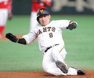 6回2死一塁、一塁を飛び出すも一塁に滑り込んで戻る丸佳浩
