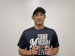 サイン入りポストカードを手に持つロッテ・荻野貴司