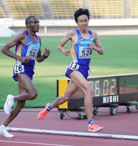 男子1万メートルで日本人トップの4位に入った小林歩(右)