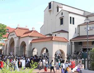 緊急事態宣言発令初日だが、期間中の25日のみ上演した兵庫・宝塚大劇場のゲート前は観劇後のファンでごったがえした