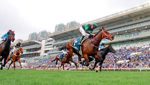 ラヴズオンリーユー(手前)が優勝。2着グローリーヴェイズ(奥)、3着デアリングタクト(左端)、4着キセキ(右から3頭目)と日本馬が上位独占(c)The Hong Kong Jockey Club
