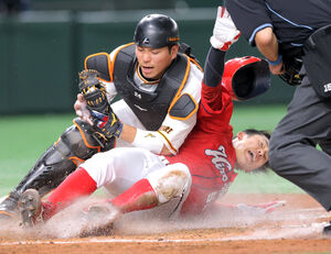 4回2死二塁、菊池涼介の左前安打で本塁を狙うも捕手・大城卓三にタッチされアウトになる小園海斗