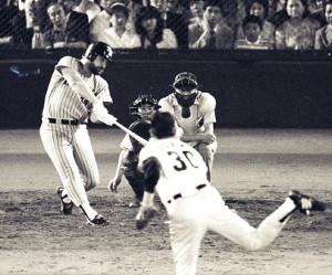 1986年6月26日、江川(手前)から7試合連続の22号を放つバース