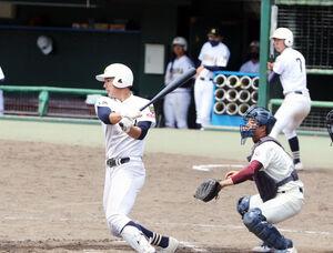 7回、左翼に適時打を放つ三島南・前田