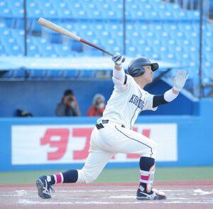 6回2死二、三塁、右翼へ試合を決める3点本塁打を放つ国学院大の川村啓真