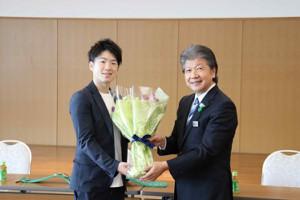 地元・京都の久御山町役場を表敬訪問した、WBC世界ライトフライ級王者の寺地拳四朗(写真左)