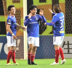 前半33分、ゴールを決めて笑顔を見せる横浜M・樺山(中央)(カメラ・小林 泰斗)