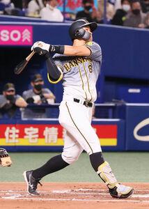 2回2死、佐藤輝明が先制の右中間ソロ本塁打を放つ (カメラ・馬場 秀則)