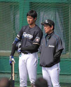 日本ハム時代、栗山監督(左)と打撃練習後に話しをする大谷