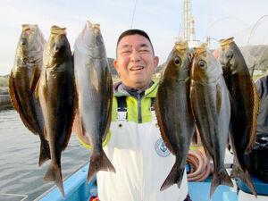 数釣りができるイサキ。30センチ超の良型も食うので釣り人も笑顔になる(竜一丸提供)
